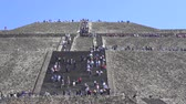 aztek : People climbing Teotihuacan moon pyramid - Mexico City Stok Video