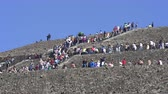 aztek : Crowds of people on Teotihuacan sun pyramid - Mexico City