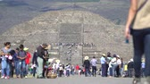 aztek : Crowds of people in Teotihuacan ancient pyramids - Mexico City Stok Video