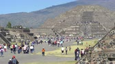 aztek : Crowds of tourists in Teotihuacan ancient city - Mexico City