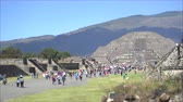 asteca : Crowds of people in Teotihuacan ancient city - Mexico City