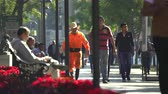 latin amerika : People walking in the Alameda park - Mexico City downtown Stok Video