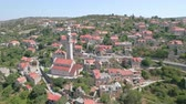 pó : Aerial view of a cozy mediterranean village between the mountains - Lozisca, Cro Stock Footage