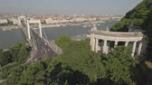 em pé : Aerial view of Budapest - Elizabeth bridge and Danube river, Hungary