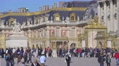Crowd of tourists at Versailles palace. Head main entrance - September 2018: Versailles, France Vídeos