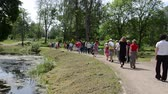 nauka : KAIRENAI, LITHUANIA - MAY 24, 2014: Group of tourists walk in botanical garden near pond in summer on May 24, 2014 in Kairenai, Lithuania. Wideo