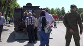 armadura : SIRVINTOS, LITHUANIA - MAY 29, 2015: citizens watch military battle tank in city street on May 29, 2015 in Sirvintos, Lithuania. 4K UHD video clip. Vídeos