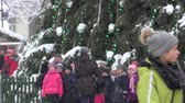 ter : VILNIUS, LITHUANIA - NOVEMBER 30, 2016: school children and other citizen people enjoy christmas town in heavy blizzard snow falling. 4K Vídeos