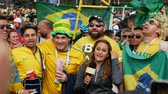 kostarika : Saint-Petersburg, RUSSIA - JUNE 22, 2018: Brazilian football fans are happy with the victory over Costa Rica of their team in the square next to the stadium on june 22, 2018 Dostupné videozáznamy