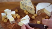 alambique : en cuchillo de queso brie de corte triangular con tabla de madera Archivo de Video