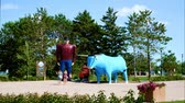 beira da estrada : Bemidji, Minnesota - July 24, 2018: Time Lapse of Paul Bunyan and Babe the Blue Ox, popular road side attraction statues in Bemidji, Minnesota, a great place to take photos
