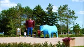 registrovat : Bemidji, Minnesota - July 24, 2018: Time Lapse of Paul Bunyan and Babe the Blue Ox, popular road side attraction statues in Bemidji, Minnesota, a great place to take photos