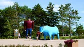 beira da estrada : Bemidji, Minnesota - July 24, 2018: Paul Bunyan and Babe the Blue Ox, popular road side attraction statues in Bemidji, Minnesota, a great place to take photos