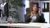perezoso : female manager files her nails at the workplace Archivo de Video