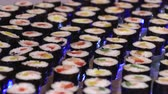 와사비 : Sushi laid out in a row