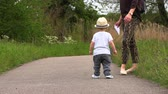 učit : Mom walks with her little son