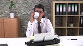 gazetecilik : Journalist writes an article on a typewriter at a table in the workplace Stok Video
