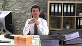 portátil : Office worker received a gift at the workplace Stock Footage