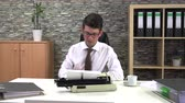 gazetecilik : secretary is typing at a table with a cup of coffee in the workplace Stok Video