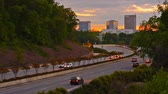 юг : Greenville, South Carolina, USA downtown cityscape and interstate traffic.