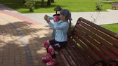 cotovelo : Little girl learning to roller skate in a sunny summer park. Child wearing protection elbow and knee pads, wrist guards for safe roller skating ride. Active outdoor sport for kids.