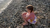 pobřežní čára : Little girl happily playing with waves at the beach. Dostupné videozáznamy