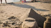 piramide : Sandcastles in shape of pyramids on a beach. Filmati Stock