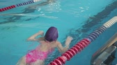 şampiyon : Girl child in swimming pool. Smiling child leads a healthy lifestyle and keen on sports.