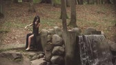 violinista : Young violinist plays with inspiration. Girl in dress playing violin in forest