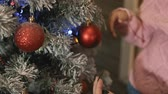 zusammensetzen : Young family decorating Christmas and New Year tree together at porch. Close up