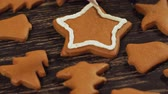biscoitos : Decoration of Christmas cookies. Close up garnishing homemade gingerbread star
