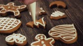decorar : Decoration of Christmas cookies. Close up garnishing gingerbread christmas tree