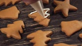 biscoitos : Decoration of Christmas cookies. Close up garnishing gingerbread christmas tree