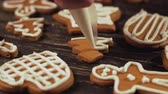biscoitos : Close up garnishing gingerbread christmas tree Decoration of Christmas cookies.