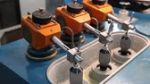 lente : Grinder for the production of optical lenses. Grinding and polishing lenses.