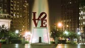 Филадельфия : Night timelapse of LOVE sign and a fountain in Love Park of Philadelphia