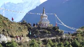 difícil : The Buddhist stupa on the hiking trail to the base camp of Everest. A lot of trackers follow the path.