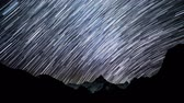 estrelado : Time lapse of Star trails in the night sky. Starry night in the Himalayan mountains. Himalayas. 4K