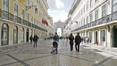булыжник : people strolling along the Rua Augusta in Lisbon, Portugal