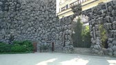 барокко : View of the Dripstone Wall in Wallenstein Palace Gardens in Prague, Czech Republic Стоковые видеозаписи