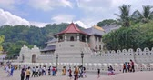 реликвия : Buddhist temple ancient architecture of Buddhas Tooth relic in Kandy Sri Lanka. People procession near beautiful facade walls