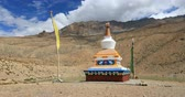 huzur : Buddhist Pagoda on Dhankar Lake in north India. Traveling to Himalaya mountains nature landscape Stok Video