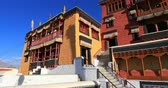 tibetano : Beautiful ancient traditional architecture of Thiksey monastery in Ladakh, India. Buddhist temple in Himalayas