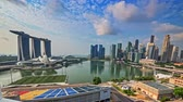 Сингапур : Singapore cityscape skyline timelapse. Marina Bay financial district amazing architecture at morning