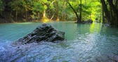 칸차나 부리 : Wet stone in water of river stream flowing in jungle rainforest. Thailand national park, Kanchanaburi