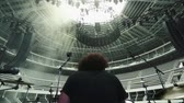 барабанная палочка : A man playing the drums at an empty Coliseum.  The shot was taken from behind him on the stage.  Стоковые видеозаписи