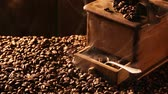 semente : Freshly roasted coffee milled in the mill Stock Footage