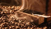 боб : Coffee grinder standing on freshly roasted coffee beans Стоковые видеозаписи