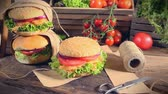 hambúrguer : Fresh takeaway hamburger with vegetables