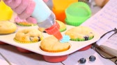 farinha : Decorating homemade muffins with berry fruits